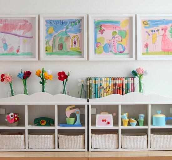 В небольшой детской комнате удобно иметь много мест для хранения
