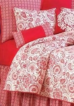 Красно-белый узор в интерьере спальни