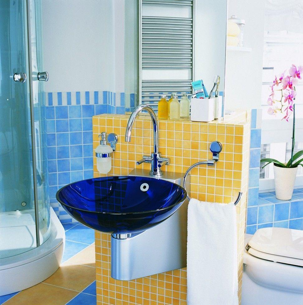 Использование яркой сантехники в дизайне ванной комнаты