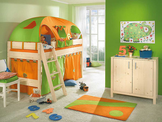 Маленькая детская комната в зелено-оранжевом цвете