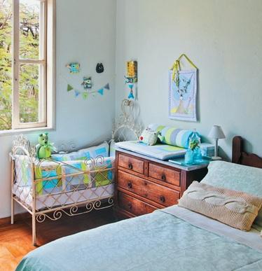 Расположение детской кроватки в углу спальни