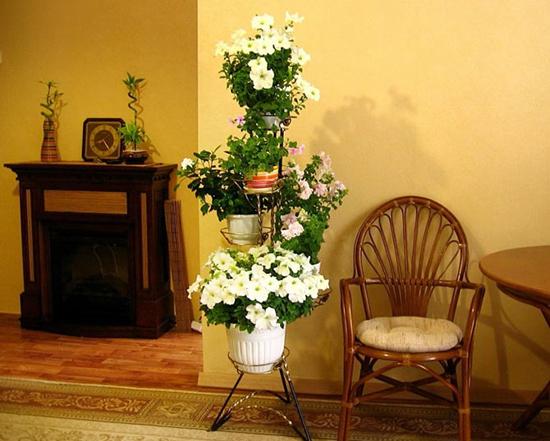 Напольная подставка для цветов в интерьере