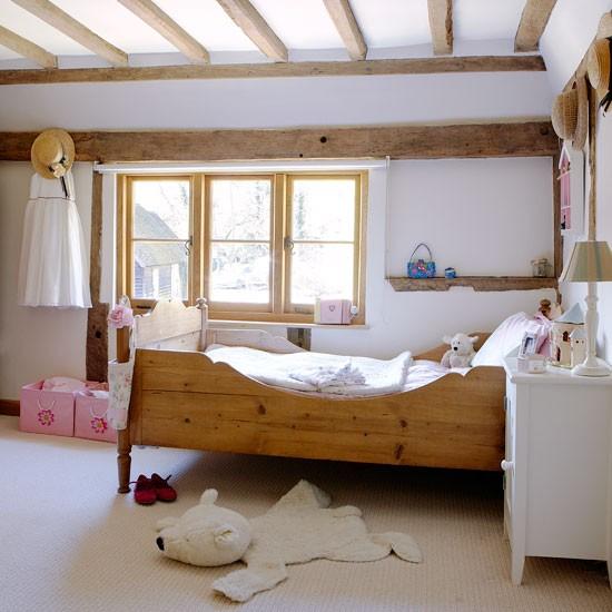 Деревянная мебель в интерьере кантри