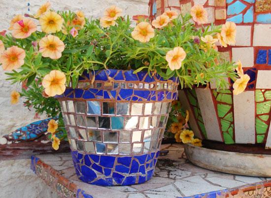 Оформление цветочного горшка зеркальными пластинками
