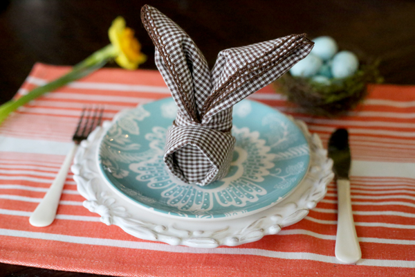 Easy-table-decoration-ideas-Bunny-fold-napkins-for-Easter-tutorial