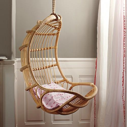 Подвесное плетеное  кресло в детской комнате