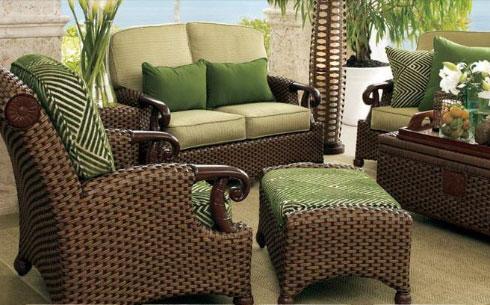 Сочетание плетеной мебели и ярких акцентов в гостиной