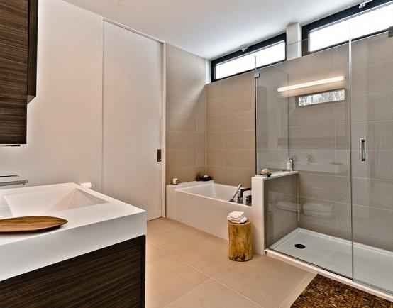 Гладкие белые двери в интерьере ванной комнаты