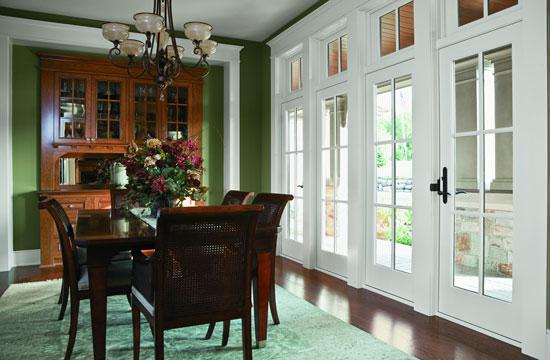 Межкомнатные белые двери в классическом интерьере
