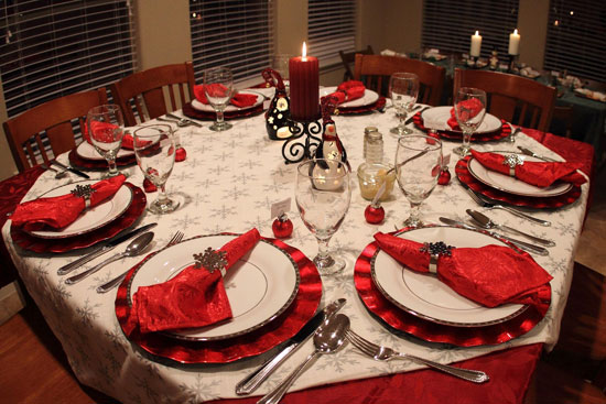 interior-design-ideas-dining-room-wonderful-red-christmas-dinner-table-decoration-with-red-candle-and-white-plate-with-red-napkins-with-silver-snowflake-ring-beautiful-christmas-dinner-table-decorati