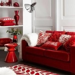 Красно-белый интерьер гостиной фото