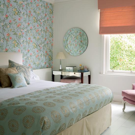 Удачное применение комбинированных обоев в спальне