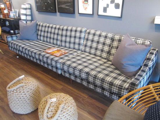 Клетчатый диван в интерьере