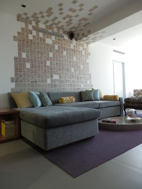 Использование керамической плитки на стене и потолке в гостиной