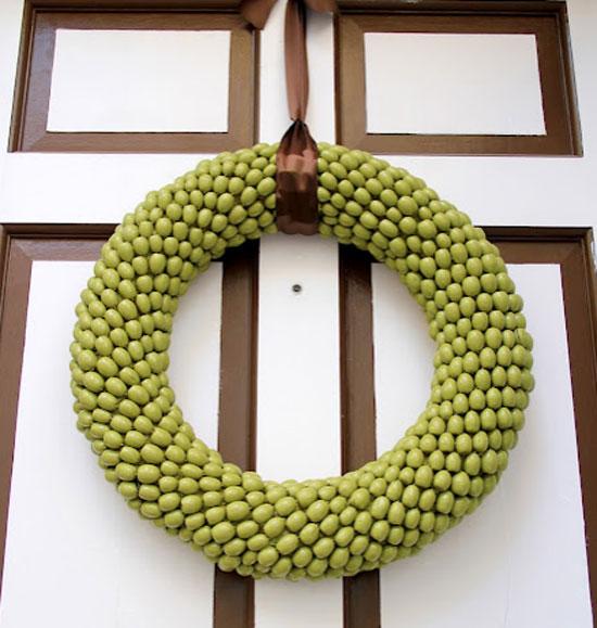 Декоративный венок на входную дверь из желудей