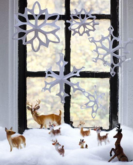Как украсить окна бумажными снежинками