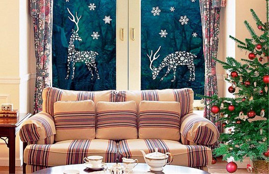 Новогоднее украшение окна в гостиной