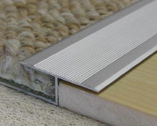 Оформление стыка между напольными покрытиями с помощью алюминиевого порожка