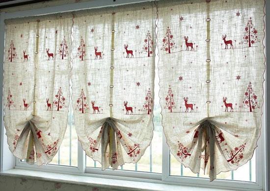 Декорирование окна с помощью штор с зимним рисунком
