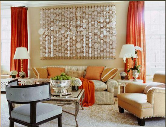Использование кораллового цвета в шторах в интерьере гостиной