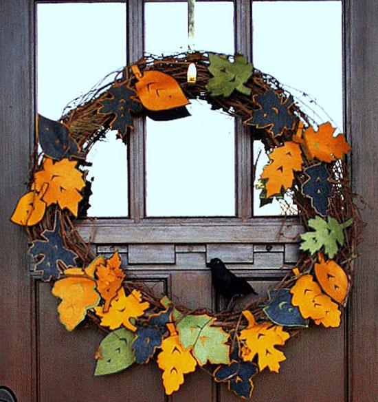 Декоративный венок на двери, украшенный листьями из ткани