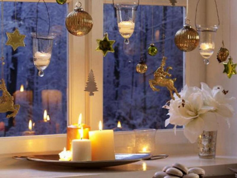 Свечи на новогоднем подоконнике