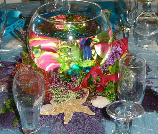 Аквариум с рыбками как украшение свадебного стола