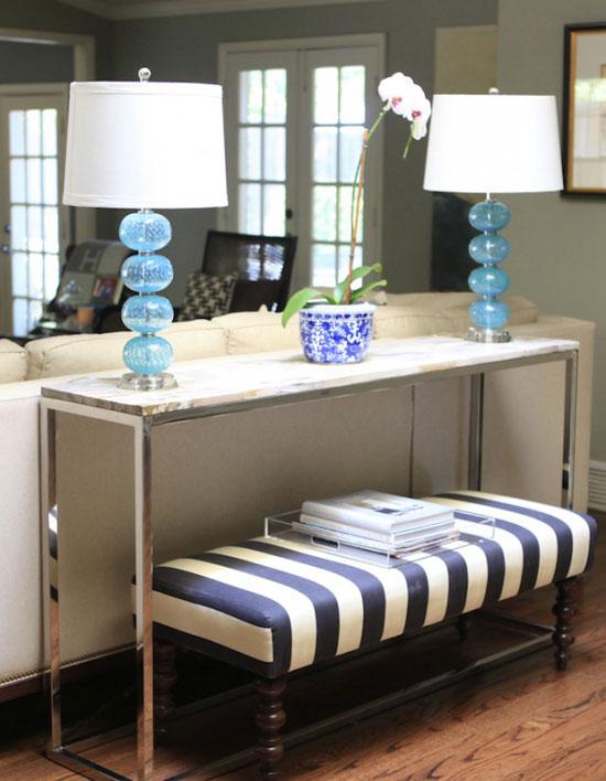 Настольные лампы из цветного стекла в интерьере гостиной