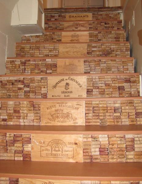 Как оформить лестницу винными пробками