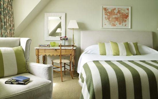 Пастельный зеленый цвет в интерьере спальни