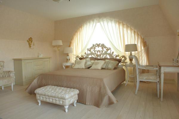 Арочные окна в интерьере спальни
