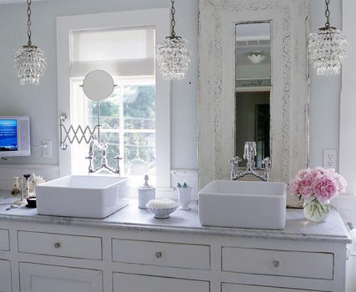 Хрустальная люстра в ванной комнате