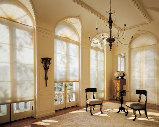 Главный акцент в помещении - арочные окна