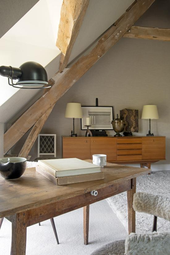 Письменный стол в мансарде