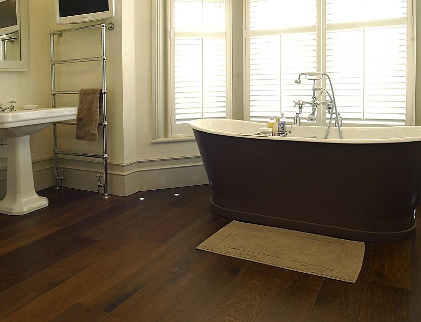 Дубовый пол в ванной комнате