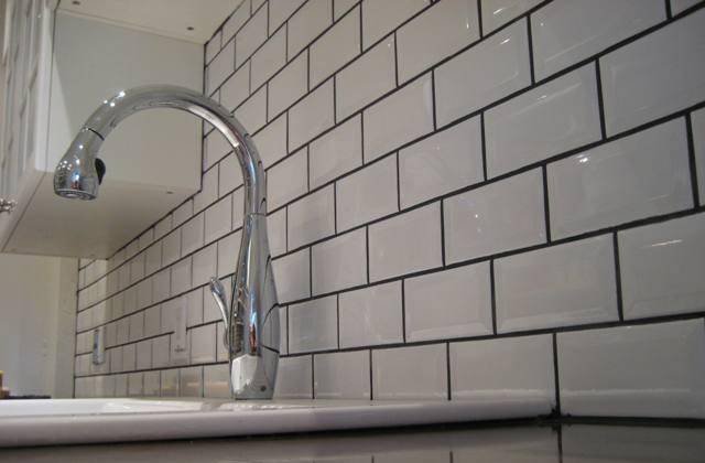 Скучная плитка в ванной комнате