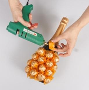 украшение бутылки конфетами