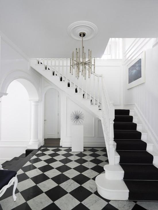 Черно-белый холл