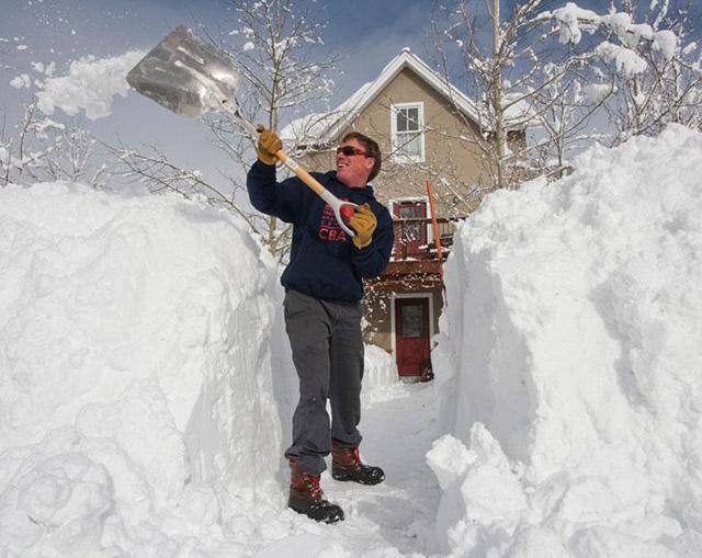 Вместо того, чтобы купить снегоуборочную технику, мужчина самостоятельно борется с разгулом стихии