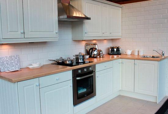 Столешница для кухни из ДСП в завершенном интерьере