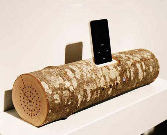 Подставка для мобильного телефона - один из способов декора из дерева в интерьре