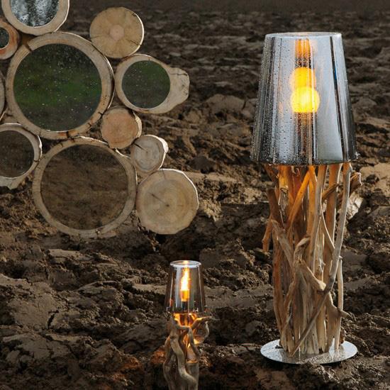 Настольная лампа с использованием декора из дерева в интерьере