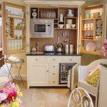 Идея кухонного гарнитура в шкафу с использованием дверей как полки