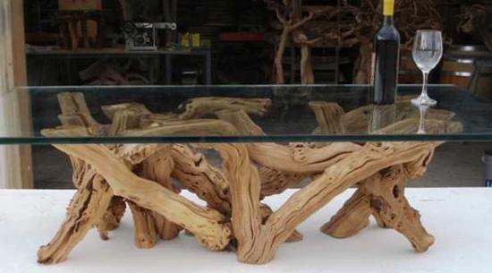 Основание столика из затвердевшей лозы - прекрасный вариант декора из дерева в интерьере