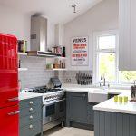 Маленькая кухня в серо-красном варианте
