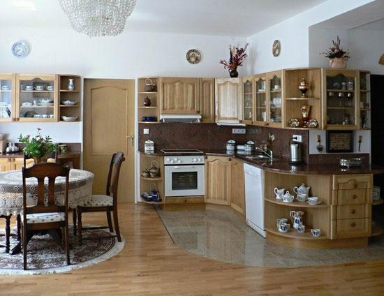 Фартук и столешница кухни выполнены из одного материала