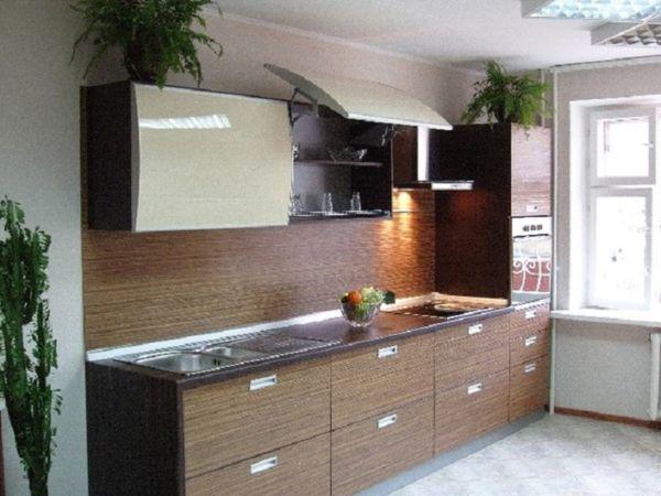 кухонный гарнитур с деревом