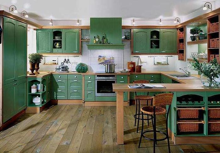 Зеленая кухня в частном доме