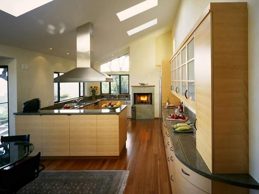 Кухня в частном доме с велюксами
