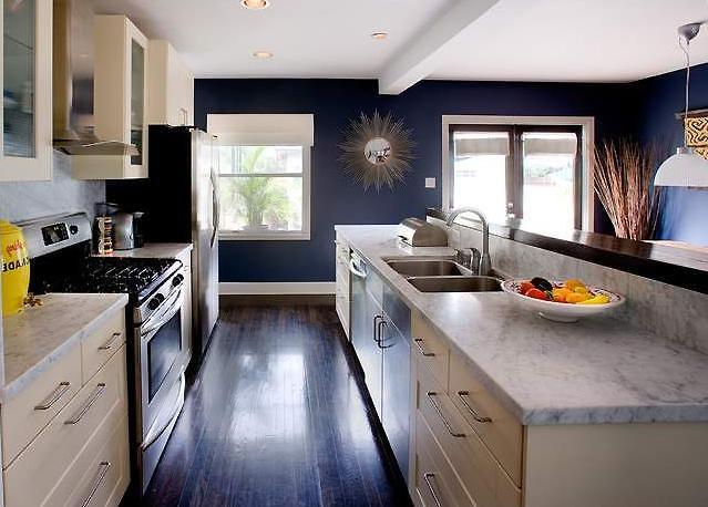Синяя кухня в частном доме